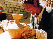 江孜卡麦乡制陶艺人在制作陶罐